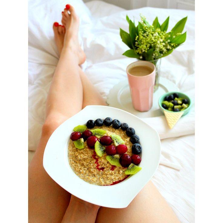 Sobotnie śniadanie: owsianka (od @kupiec_pl ) z wiśniami, borówkami i kiwi 😋 Jak miło zacząć piękny słoneczny dzień 😊☀️ ---> Zapraszam na moją stronę na fb https://m.facebook.com/eatdrinklooklove/ ❤ . .  Saturday breakfast: oatmeal with cherries, cranberries and kiwi 😋 How nice to start a beautiful sunny day 😊☀️---> I invite you to my page on fb https://m.facebook.com/eatdrinklooklove/ ❤ .