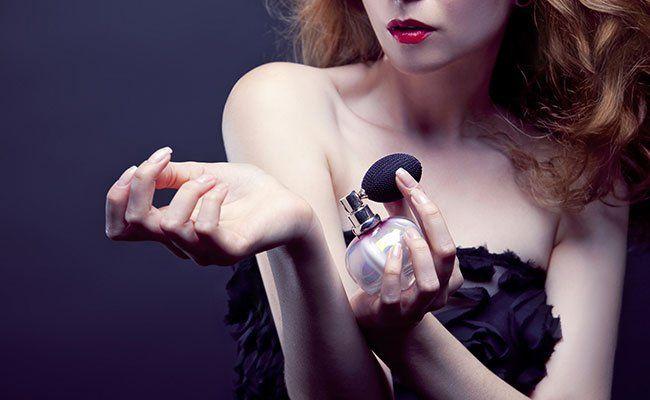 Парфюмерные ароматы, которые используют женщины – это не что иное, как вторая одежда. И эта одежда должна быть к лицу. Как правильно выбрать свой аромат? Существует способ выбора парфюма по цветотипу. Эта программа помогает подобрать аромат по цвету кожи, волос, глаз и типу характера. По этим признакам можно условно разделить всех женщин на четыре типа: весенние, летние, осенние и зимние. Для весенних женщин характерна светлая кожа тёплых тонов, которую «любит» солнце и веснушки. Цвет волос…