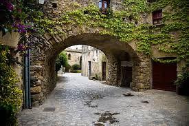 ARTICULO 3 - 25 - Tolosa pasa a manos de los francos, pero los godos dominan Narbona y la Septimania: esta región fue la última parte de la Galia en donde todavía los godos dominaron y durante muchos años fue conocida como Gotia. El nombre de la vecina Cataluña deriva de Godalandia, 'tierra de godos y alanos'.