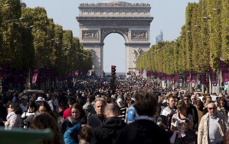 Parijzenaars flaneren over Champs-Elysées