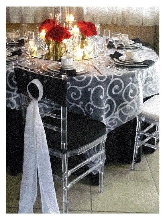 Mantel redondo negro standard  Cubremantel de organza colochitos blancos Bajaplatos de espejo Silla chiavari transparente