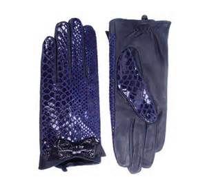 paars leren handschoenen met slangenprint