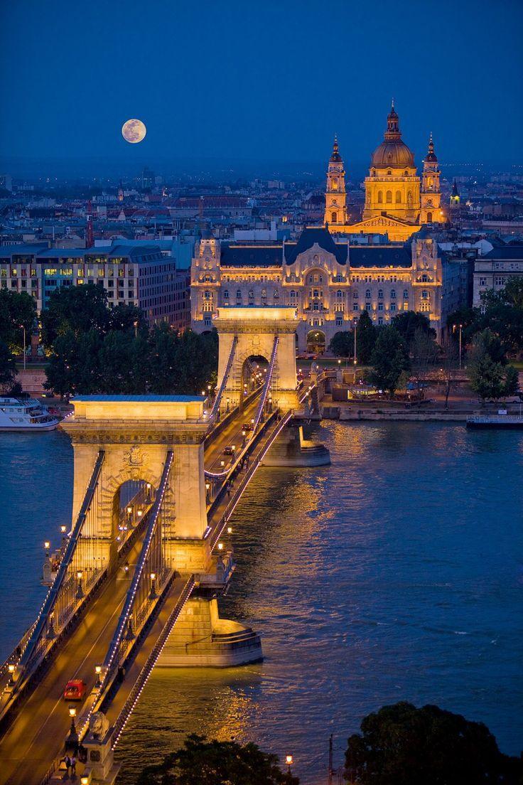 Puente De Las Cadenas En Budapest Construido El Año 1849 Durante Décadas Fue El único Que Cruzaba Las Aguas D Budapest Over The River Places Around The World