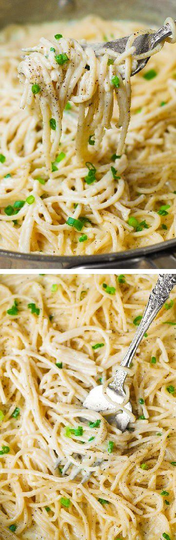 Hecho en casa cremoso queso cuatro ajo salsa de espagueti es el mejor queso blanco salsa de pasta italiana!