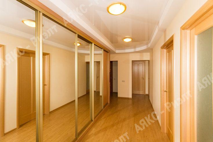 Коридор. Встроенный шкаф. Зеркало зрительно увеличивает пространство.