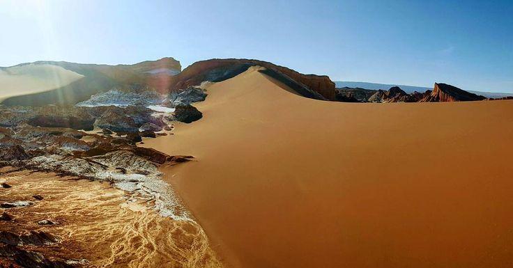 Bugün Atacama'da akşam üzeri başlayıp gün batımına kadar devam eden Valle de la Luna (Ay Vadisi) turuna katıldık. Tuz kalsiyum arsenik gibi farklı minarellerin yüzyıllar sonundaki etkileşimlerinden kaynaklanan farklı yüzey şeklinin aya benzemesinden ötürü bu ismi almış. Çok etkileyici ve güzel manzaralara şahit olup günü burda bitirdik. Dönüş yoluna başlamak üzereyken dolunayın Licancabur Volkanı'nın(5920 mt) ardından doğuşunu izlemek tam bir ziyafet oldu. #uzaklaryakin #atacama #chile #sili…