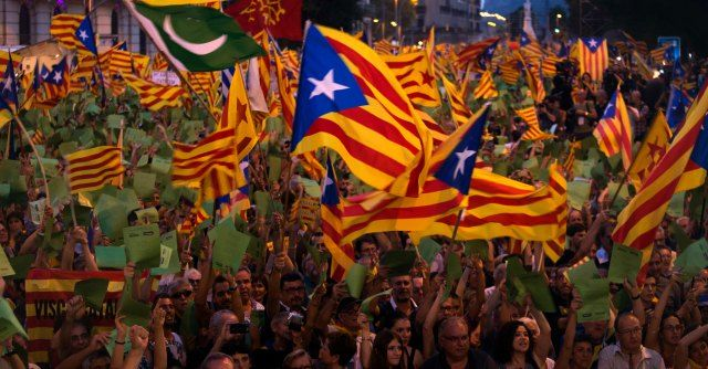 """Indipendenza Catalogna, governo spagnolo diffonde manuale contro il separatismo - Il Fatto Quotidiano. Il documento di 210 pagine si intitola """"Por la convivencia democratica"""" ed è stato distribuito in 129 ambasciate e 20 consolati nel mondo. L'obiettivo è rispondere alle domande sul referendum (fissato per il 9 novembre 2014) che chiede la separazione della regione dallo Stato iberico e promuovere l'unione."""