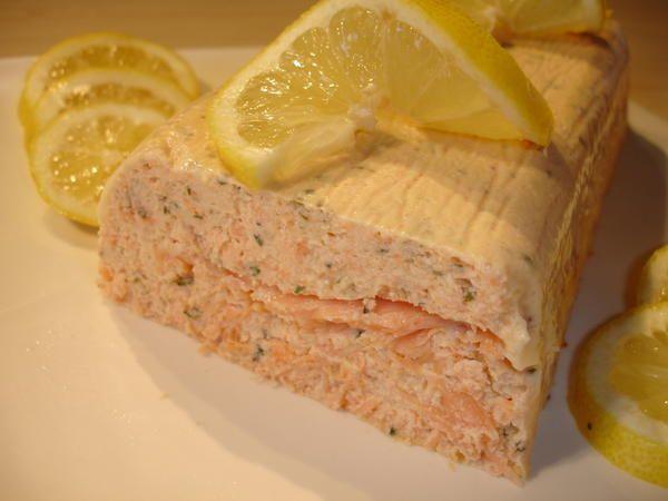 Voilà la terrine de saumon faite à Noel, top classe et top rapide à réaliser comme l'indique Cess, chez qui je l'ai trouvé. C'est vraiment enfantin à faire et ça fait son effet!!! Pour la taille d'un moule à cake standard 500g de saumon frais 3 oeufs...