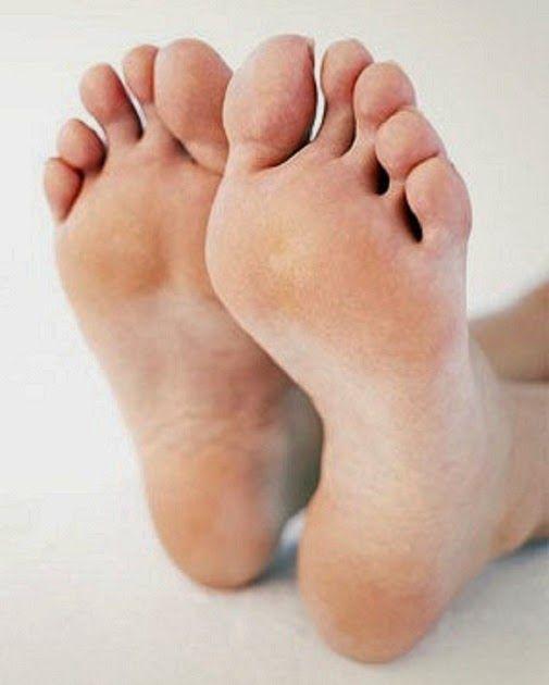 O chulé é causado pela combinação de suor e bactérias nos pés.Como sabemos, o suor é composto por água, que é uma substância sem cheiro.