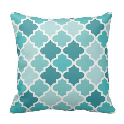 Modieuze en elegante vierkante het ontwerpeigenschappen van het accenthoofdkussen een symmetrisch Marokkaans patroon van de quatrefoiltegel en exotische monochromatische schaduwen van aqua, turkooise en blauwgroen blauw.