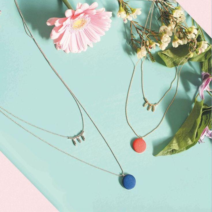 Emma et Chloé, c'est chaque mois la découverte d'un créateur français de bijoux, dans votre boite aux lettres ! Sautoir, bracelet, bague, broche… une création unique et artisanale prése…