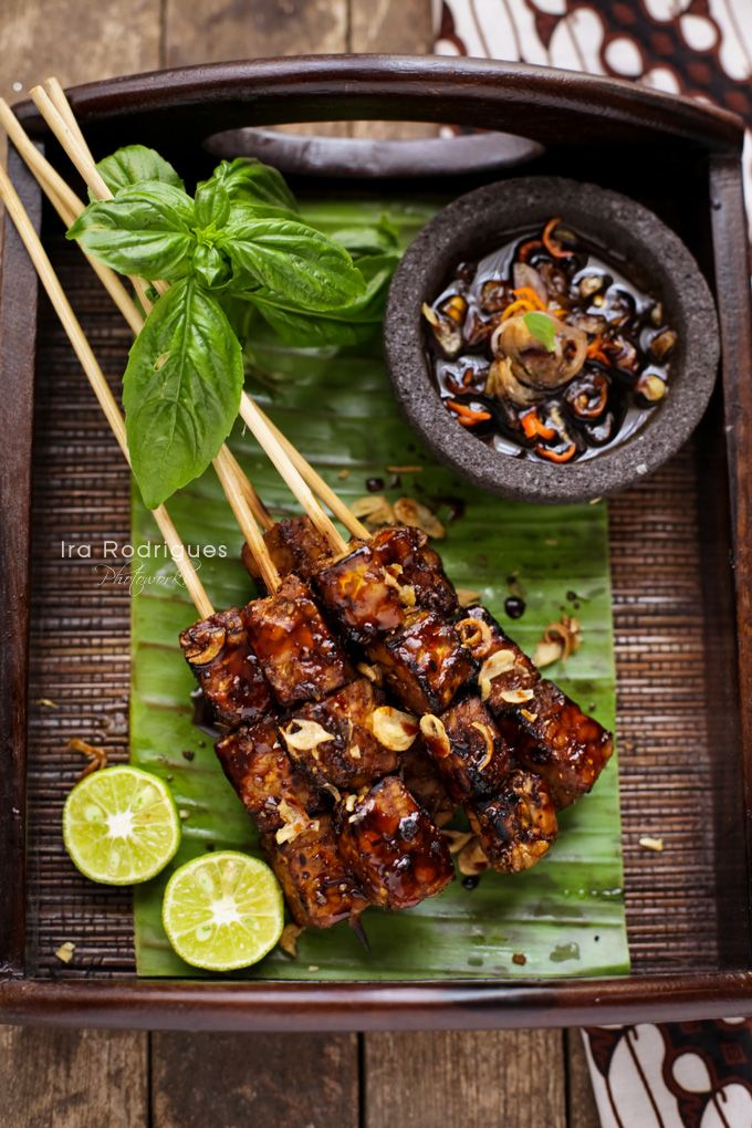 Indonesian sate tempe serves with spicy sweet sauce