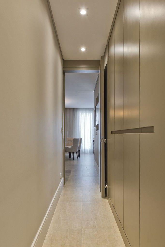 Para otimizar o espaço do corredor, armários foram projetados para servir de rouparia.