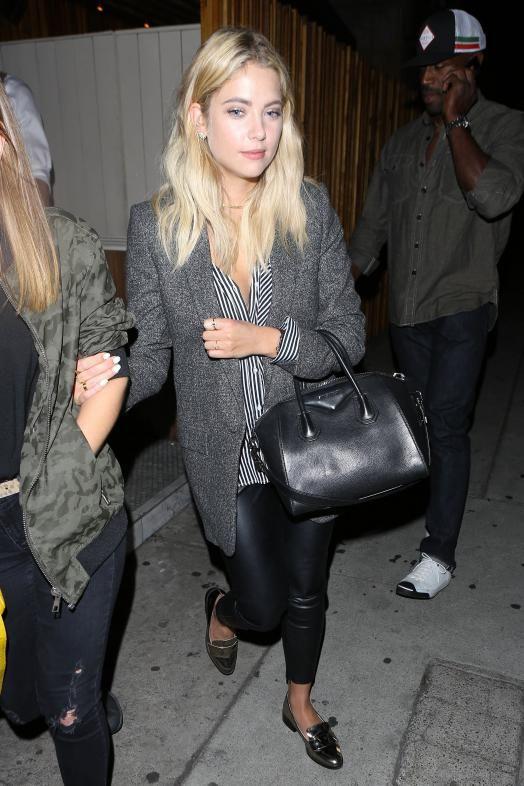 Ashley Benson en look de rentrée : chemise à bandes verticales, pantalon cigarette noir en similicuir, blazer ample et slippers métalliques, le shopping de la rédac !