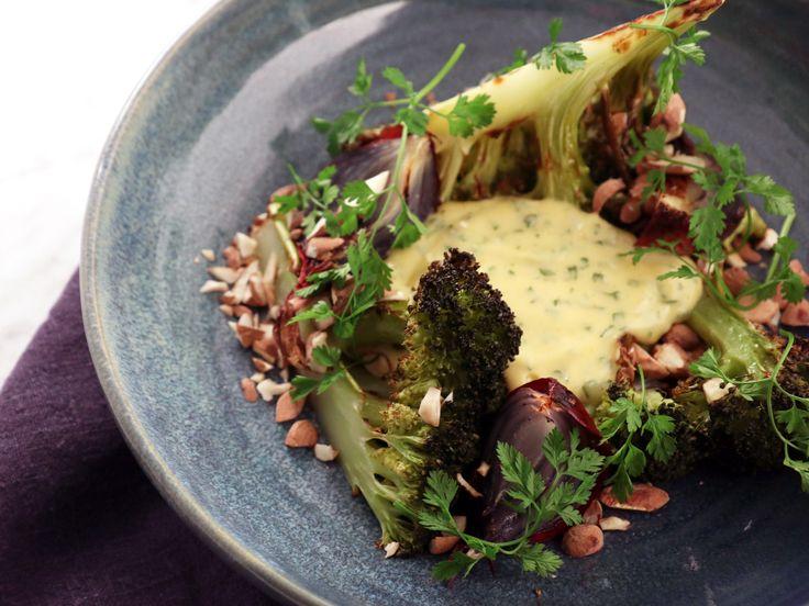 Rostad broccoli med rödlök, mandlar och bearnaise   Recept från Köket.se