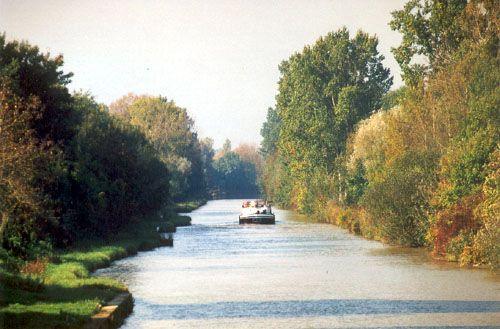 Longeant le canal de l'Oise à l'Aisne, ce parcours permet de découvrir les nombreux dispositifs développés par l'homme pour exploiter le réseau fluvial. Souvenir de l'âge d'or des canaux, le pont canal enjambant l'Aisne constitue l'un des points forts du circuit.