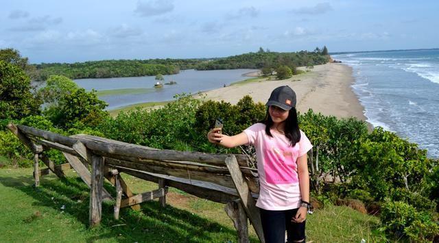 Pernahkah terbayang oleh kita, ketika akan menentukan destinasi tujuan wisatadengan mencantumkan dua tempat dalam satu lokasi? Penyuka pantai dan danau te