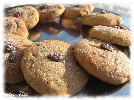 Tämän pikkuleipäohjeen sanoma lienee se, että fariinisokeria kannattaa rohkeasti soveltaa perusohjeisiin. Siirappinen fariinisokeri tuo leivonnaisiin mukavasti lisäaromia. Tämän ohjeen salaisuutena on lisäksi pähkinä ja Daim-sattumat. Valmiiden rakeiden tilalla voi käyttää myös Daim-patukoista tehtyä rouhetta. 125 g voita tai margariinia 1 ¼ dl fariinisokeria 1 muna 2 dl vehnäjauhoja 1 dl hasselpähkinäjauhetta 1 tl leivinjauhetta 2 […]