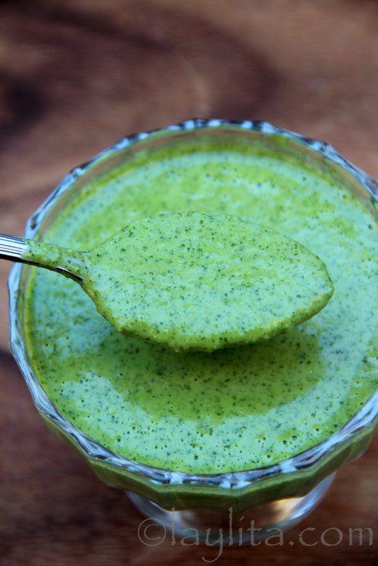 Sauce jalapeño et coriandre frais.4-5 jalapeños, sans pépin, vidés grossièrement et découpés 1 rameau moyen de coriandre fraîche 2 dents d'ail Le jus de 2 citrons verts Entre 120 à 180 ml d'huile d'olive Du sel à votre goût