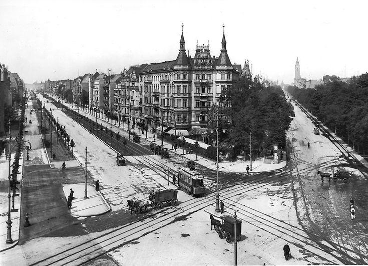 """Das """"Knie"""" am Ernst Reuter Platz. Links: Bismarckstraße, rechts: Berliner Straße (später Otto-Suhr-Allee). Berlin, 1907. o.p."""