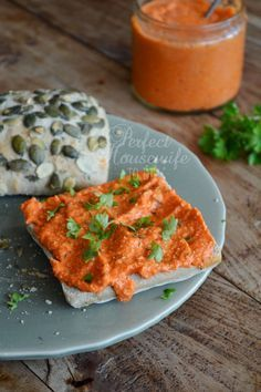 Deze spread van geroosterde rode paprika en rozemarijn is superlekker als broodbeleg maar ook als dip voor je toastjes. Op de DIY- en foodblog Perfect Housewife - to be.