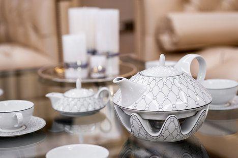 Vyloženě ženská čajová souprava Galaxie, Thun Studio Ateliér Lesov sestává z čajové konvičky, nádoby na cukr, nádoby na mléko a 6 šálků s podšálkem. Cena je 9800 Kč; À la Maison