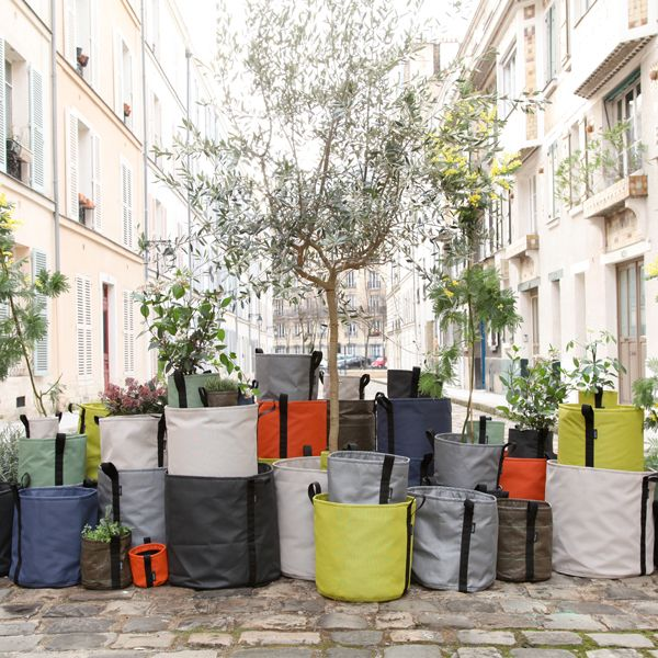 BacSac was created by designer Godefroy de Virieu and landscapers Virgile Desurmont and Louis de Fleurieu. BacSac is a bag where your plants can be planted and grow.