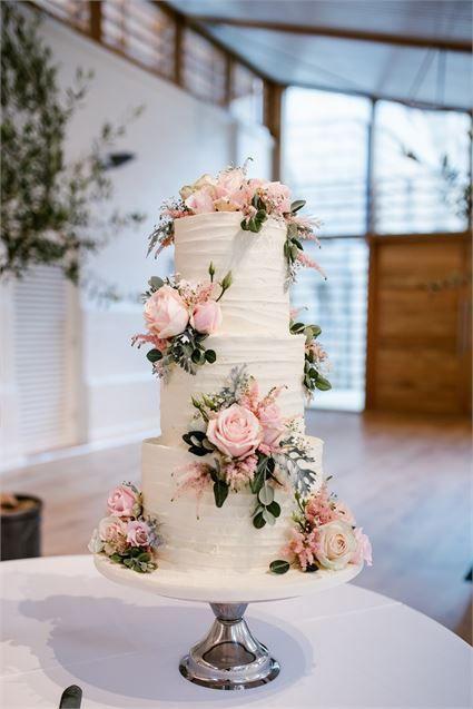 Diese hübsche weiße Hochzeitstorte mit pastellrosa Blüten ist ein echter Show-Stop!   – Wedding