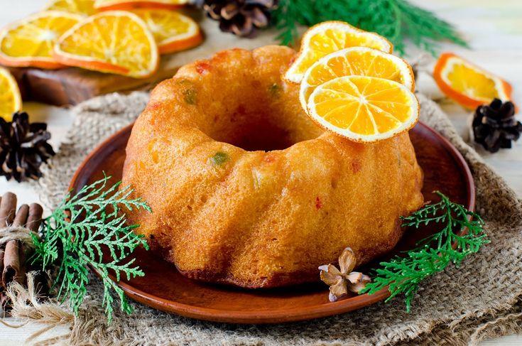 Το κέικ πορτοκάλι είναι έτσι κι αλλιώς από τις αγαπημένες μας επιλογές τους χειμωνιάτικους μήνες. Στη γιορτινή εκδοχή του, εμπλουτίζεται με διάφορα αποξηραμένα φρούτα και Κουβερτούρα, ενώ για ακόμη πιο πορτοκαλένια γεύση, το φτιάχνετε με Φαρίνα Πορτοκάλι ΓΙΩΤΗΣ.