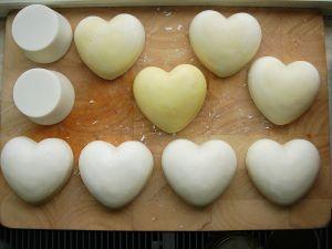 Een kilo Castile zeep maken voor een paar euro doe je als volgt... Wat heb je nodig : Olijfolie 1000 ml, NaOH = Natriumhydroxide ( = korrel ontstopper van de Kruidvat), Staafmixer, Pan, Weegschaal,...
