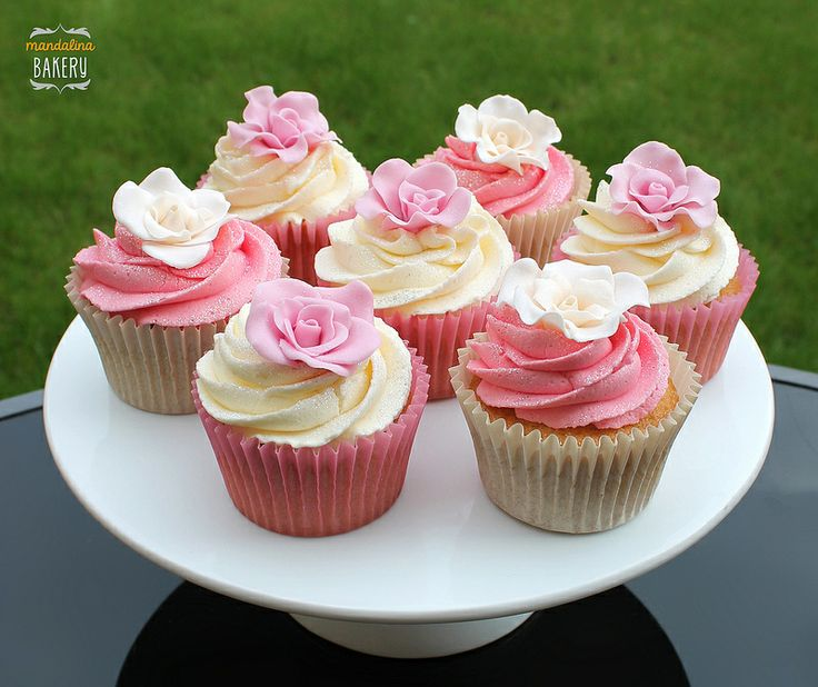 Super pretty pink and white rose wedding cupcakes by Mandalina Bakery. Image by Ayca Wilson (CC-BY).