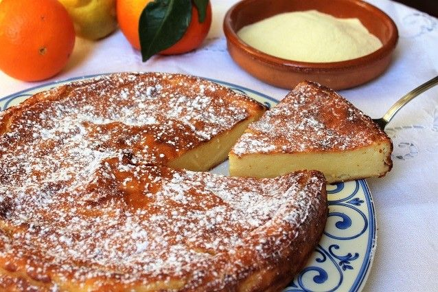Il migliaccio napoletano è un dolce tipico campano a base di semolino e ricotta, facile da preparare, e rientra tra le antiche ricette del Carnevale napoletano