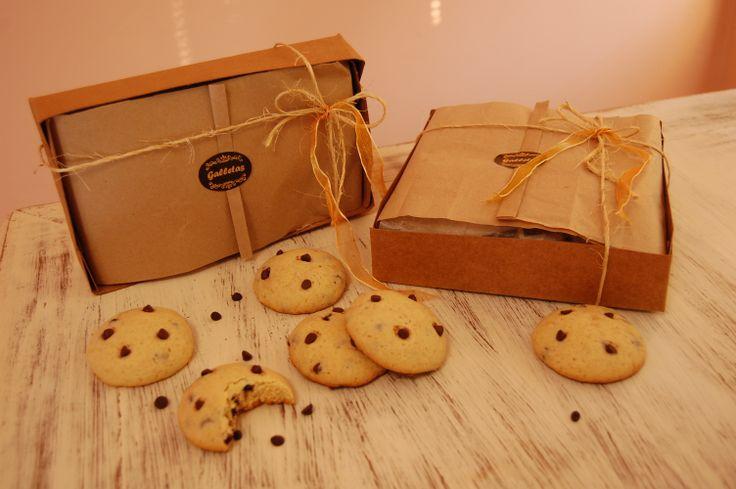 Exquisitas galletas caseras con chips de chocolate en una hermosa presentación de una caja estilo rustico con un contenido de 10 unidades.  A pedido.