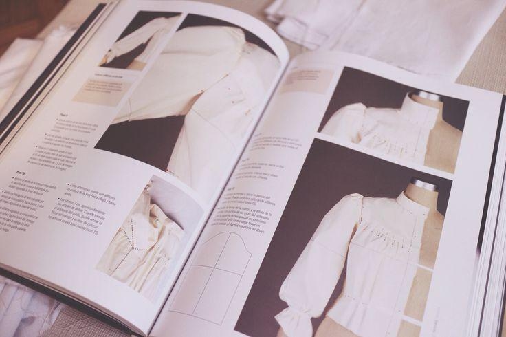"""Hace algunos años cuando estuvo de moda el programa Project Runway, me acuerdo que siempre me preguntaba cómo hacían todos esos vestidos sobre el mismo maniquí, a puro alfiler, recortes e hilvanes más encima basados en sus propios bosquejos.Así que investigando un poco descubríeldrapeado(draping), una técnica anterior a la construcción de prendas pormoldes (patrones). En el drapeado vascreando y """"palpando"""" el diseño en 3 dimensiones, directamente sobre el maniquí. Se trata de una…"""
