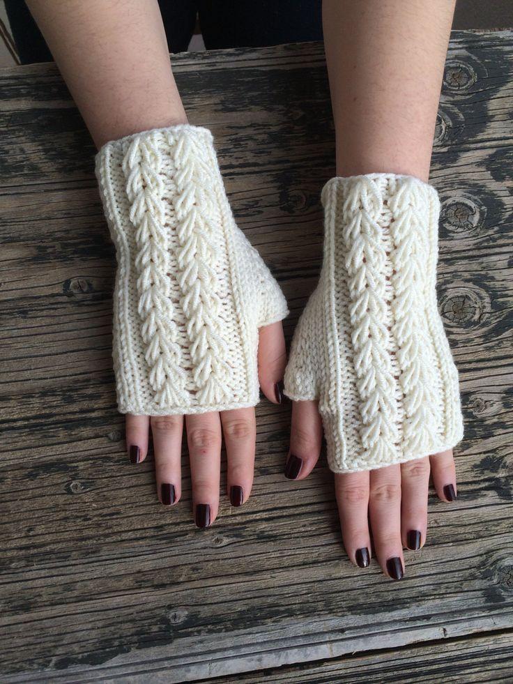 Gemütlich Creme Handschuhe Winterhandschuhe. Diese handgefertigten Fingerlose Handschuhe/Fäustlinge gestrickt wird Ihre Hände warm halten während Sie fahren, Text, Art oder während Sie Ihr Lieblingsgetränk heiß trinken. Eine perfekte Accessoire für all jene kalten Wintertage.  -Einheitsgröße. -Ca. 7 Zoll (18 cm) Länge. -Pflegehinweise: Hand oder Maschine waschen mit kaltem Wasser, milder Seife/Reinigungsflüssigkeit, und lagen flach zum Trocknen.  Ich habe andere Designs erhältlich, so dass…