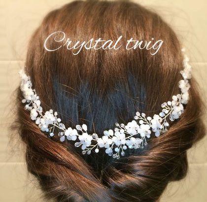 Купить или заказать Веночек - веточка в прическу в интернет-магазине на Ярмарке Мастеров. Белые цветы из хрустальных сверкающих бусин рассыпаны по серебряной веточке из прозрачного искрящегося хрусталя и белых матовых бусинок. Эту изящную универсальную модель можно носить на лбу, крепить на низкий пучок сзади по волосам, вокруг головы как веночек, располагать сбоку ассиметричный прически. Для крепления предусмотрены две петельки. Может крепиться шпильками/невидимками или завязываться с п...