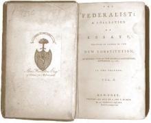 Incluye los antecedentes históricos de la Constitución de Estados Unidos.