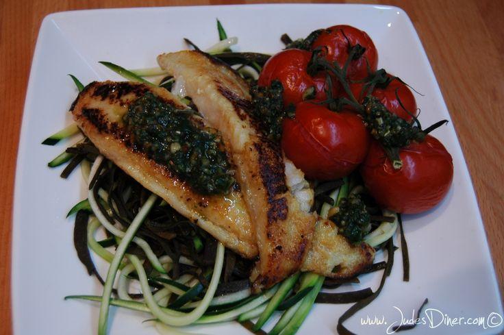 Pasta van zeewier is een heerlijk alternatief in een glutenvrij dieet. Lekker is dit recept van zeewierpasta, courgetti, vis, tomaatjes en tapenade.