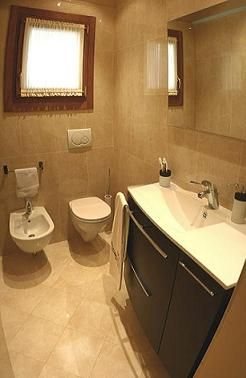 Oltre 25 fantastiche idee su arredamento bagno di servizio - Bagno di servizio con lavanderia ...