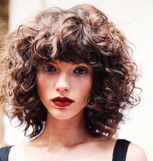Erstaunliche kurze Frisuren für Damen mit lockigem Haar