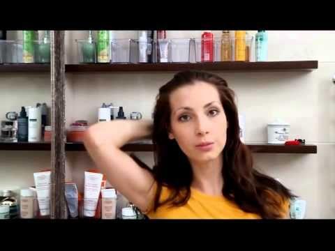Яичная маска с лимонным соком и репейным маслом для жирных и нормальных волос. Действие. Увлажняет, устраняет избыточную жирность волос, борется с перхотью, придает естественное сияние, стимулирует рост.  Ингредиенты. Яичные желтки – 2 шт. Репейное (касторовое) масло – 3 капли. Лимон – ½ фрукта.  Применение. Желток растереть с отжатым соком лимона и добавить в смесь масло. После тщательно размешать и распределить на чистые и сухие волосы, втирая в корни. Оставить маску на полчаса под…