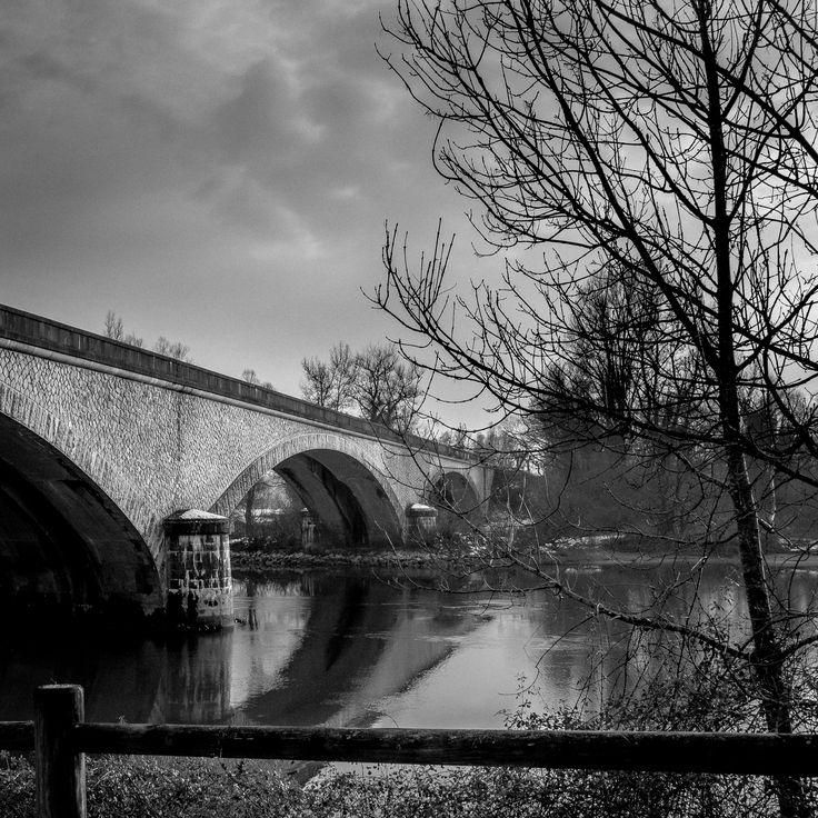 Photo 8 - semaine 5 - 30/01/2017 Le pont d'Évieu est un pont routier sur le Rhône, reliant le hameau d'Évieu de la commune de Saint-Benoît dans l'Ain et Les Avenières en Isère. Il est situé immédiatement en aval de la confluence du Rhône et du canal de Brégnier-Cordon. Il a d'abord été construit en 1847 en remplacement d'un bac. Le pont sera reconstruit en 1887 par Ferdinand Arnodin  L'édifice sera détruit en 1942 pour pour stopper l'avancée allemande. Canon 650D + 18-135mm, iso100, 18 mm…
