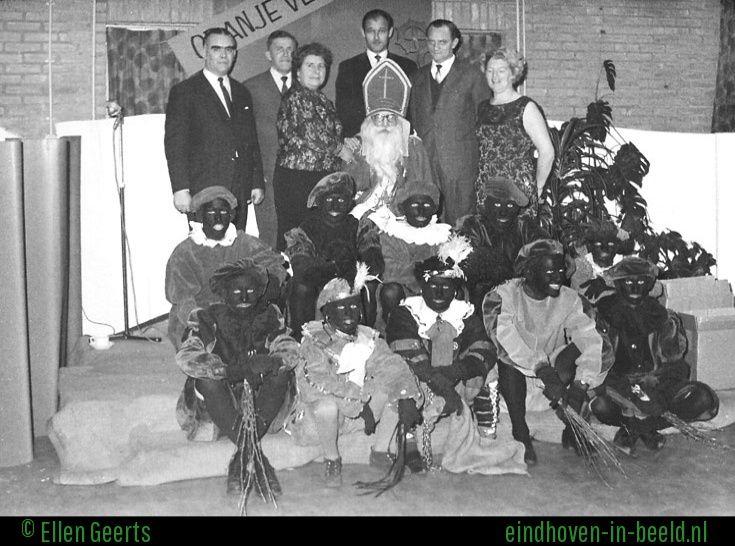 Zwarte Pieten met roe, zak, ketting en een mooie maskerade 1966