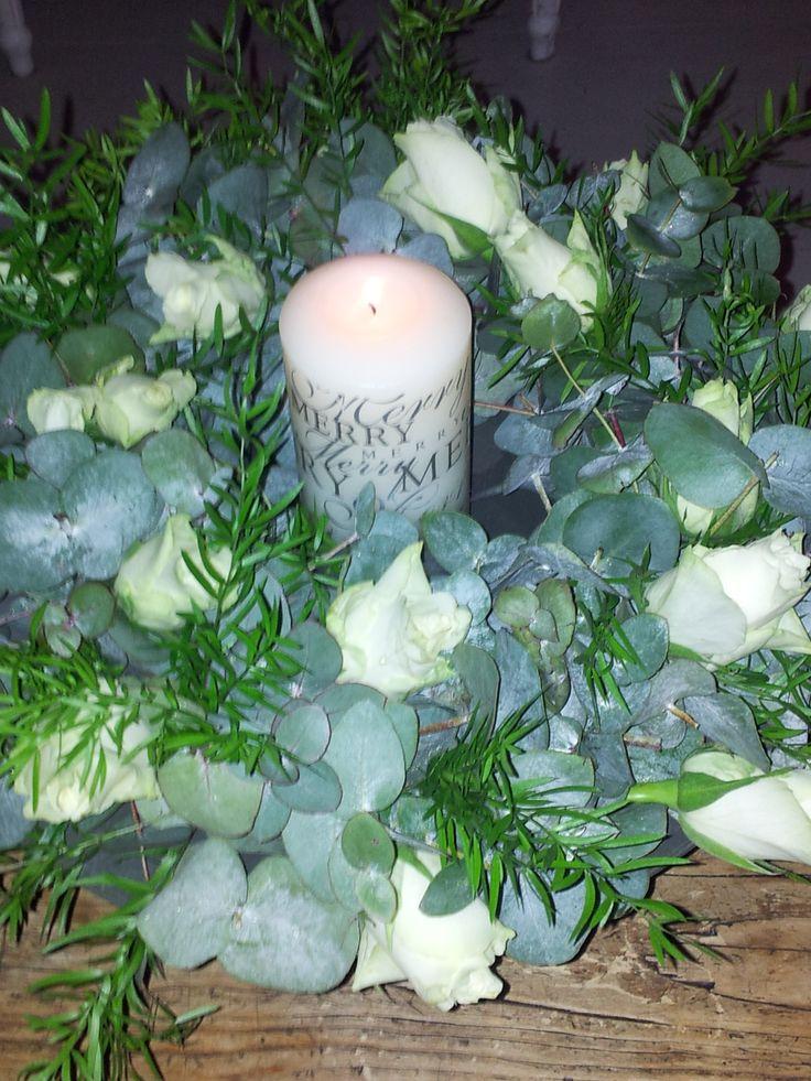 Deze krans heb ik gemaakt voor de kerstweken. Eucalyptusblad, wat groen en mooie witte rozen. In het midden staat een mooie kaars die ik van mijn suikertante Betty heb gehad. Zij verwendt mij het hele jaar door met allemaal leuke en brocante cadeautjes (zij werkt bij een Kringloopwinkel! en heeft vaak eerste keuze en daar ben ik zó blij mee!).