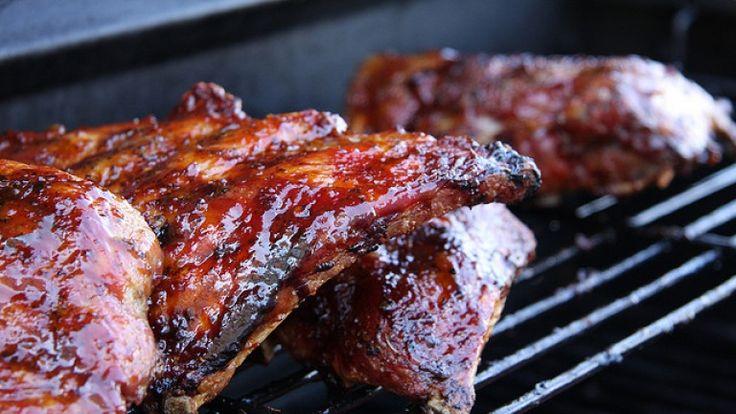 Costolette di maiale con salsa barbecue: la ricetta originale americana. http://winedharma.com/it/dharmag/settembre-2014/costolette-di-maiale-con-salsa-barbecue-la-ricetta-americana-originale