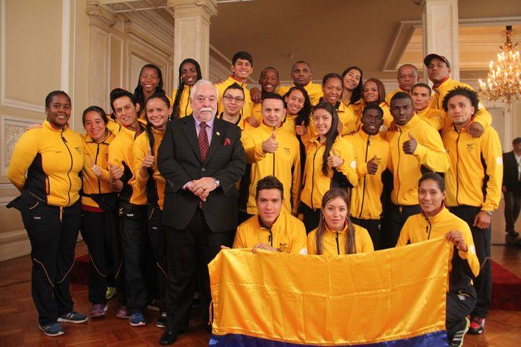 Entrega de Bandera- Equipo Colombia con el Jefe de Misión