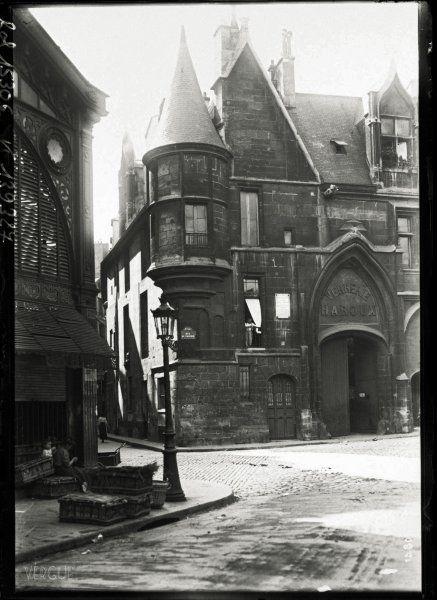 Hôtel de Sens, au carrefour des rues du Fauconnier, du Figuier et de l'Ave-Maria. Paris, IVe arrondissement. 1911.