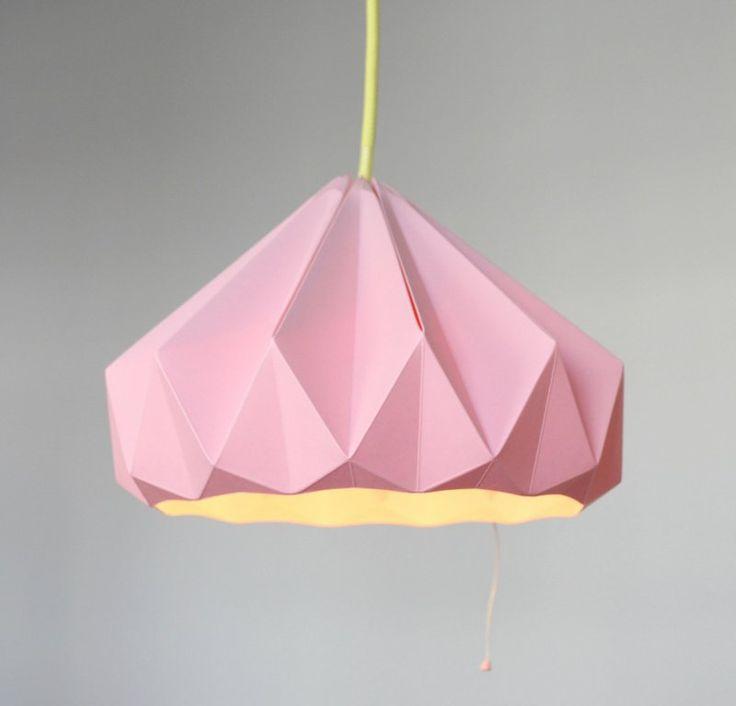 lampe origami à faire soi-même en papier plié rose avec un câble jaune
