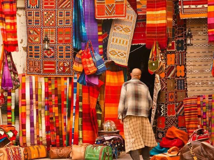 A admirar as cores e a geometria dos tapetes marroquinos.  #espacodartefunchal #artesanato #marrocos