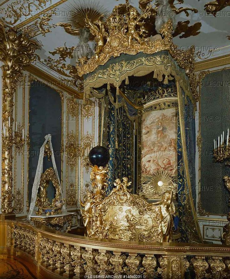 Dollmann georg von guest bedroom with four poster bed in for Sala 976 latin palace